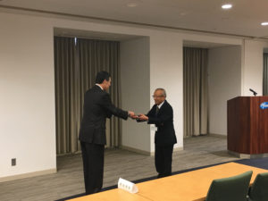 助成通知書贈呈式。左はファイザー株式会社社長梅田一郎氏。